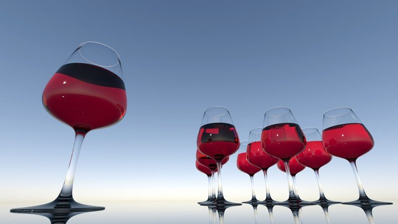 Drinking alcohol increases calorie intake and spikes blood sugar levels. (Photo: Pixabay)