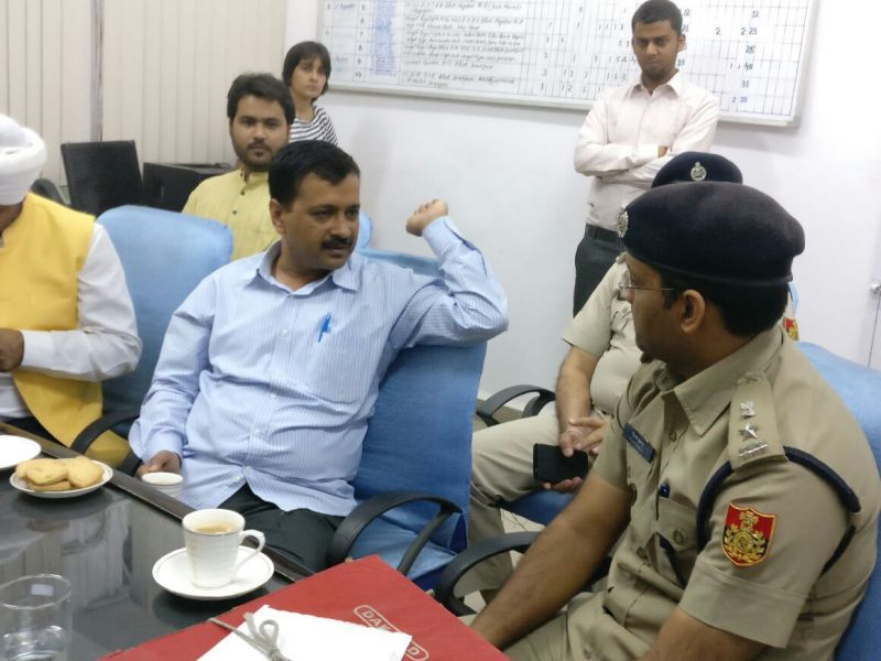 Delhi CM Arvind Kejriwal at the police station (Photo: Twitter)