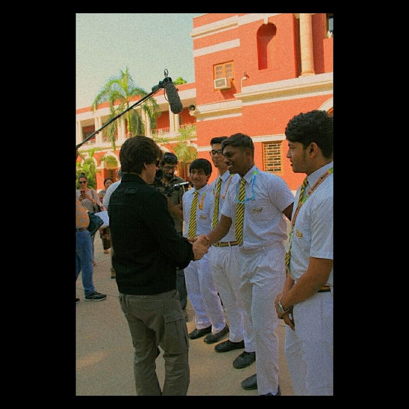Shah Rukh Khan with school students. (Photo: ANI)