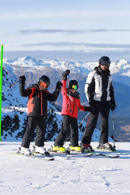 Hrithik takes time off Kaabil, goes skiing with sons in Switzerland