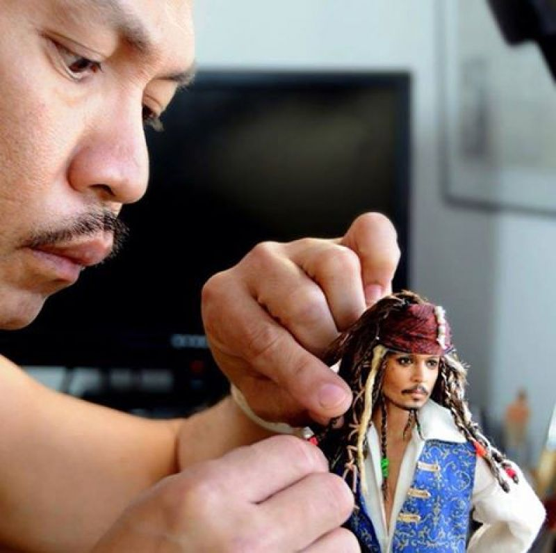 Cruz giving the final touches to Johnny Depp's Captain Jack Sparrow (Photo: Facebook)