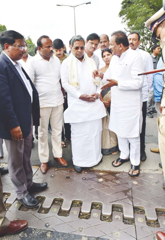 Minister K.J George and CM Siddaramaiah inspected the potholes in the city. (Photo: DC)