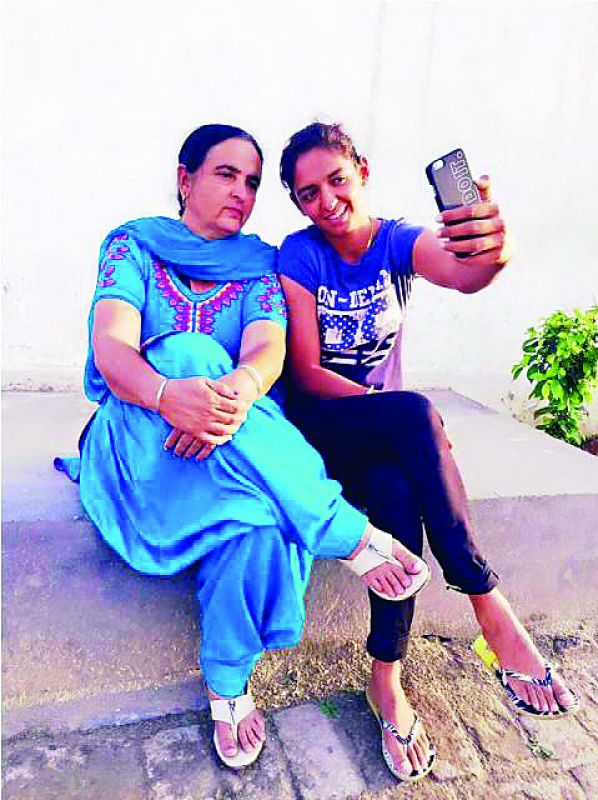Harmanpreet takes a selfie with her mother