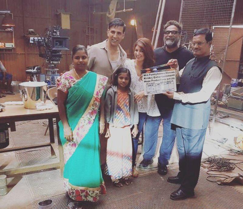 Akshay, Twinkle pose with Arunachalam Muruganantham on sets of 'Padman'