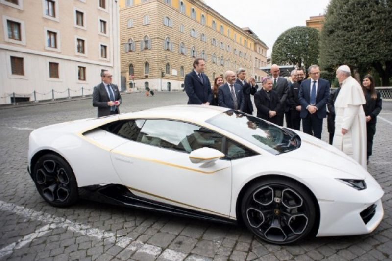 Pope in front of the car (Photo: AFP)