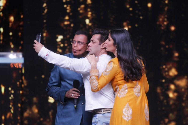 Salman, Katrina clicking a selfie with Mithun da.