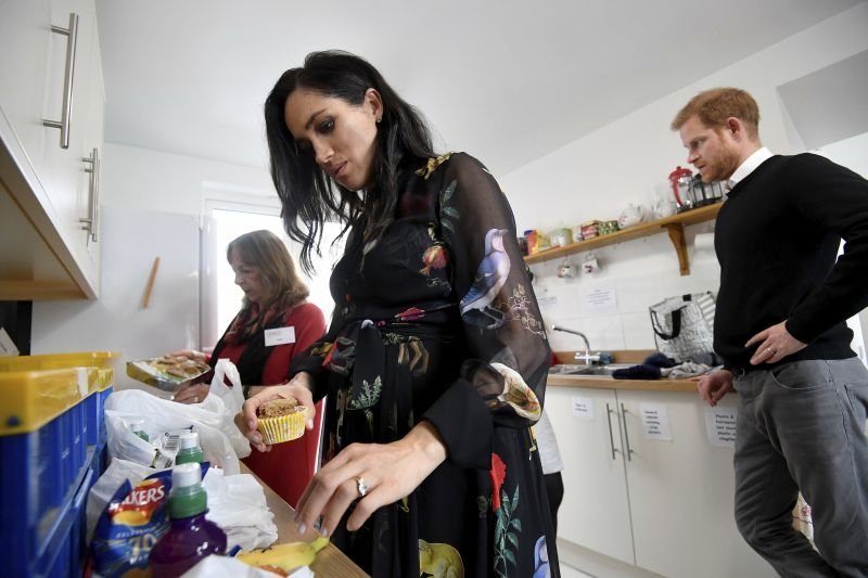 Meghan writing the messages at the One25 centre. (Photo: AP)