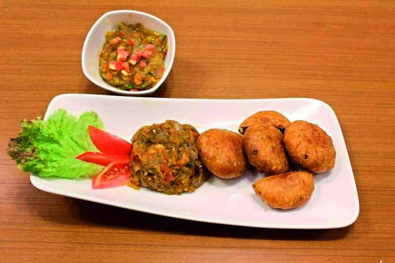 Potato chops with Sanmeholi chutney.