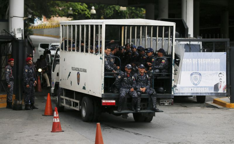 National Police enter the Helicoide prison in Caracas, Venezuela, Thursday, May 9, 2019, where Edgar Zambrano, vice president of the opposition-controlled National Assembly is being held after his arrest the previous night. (Photo:AP)