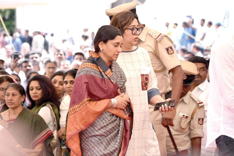 Malavika Hegde, the wife of VG Sidhartha pays her respects at the funeral in Chikkamagaluru — KPN