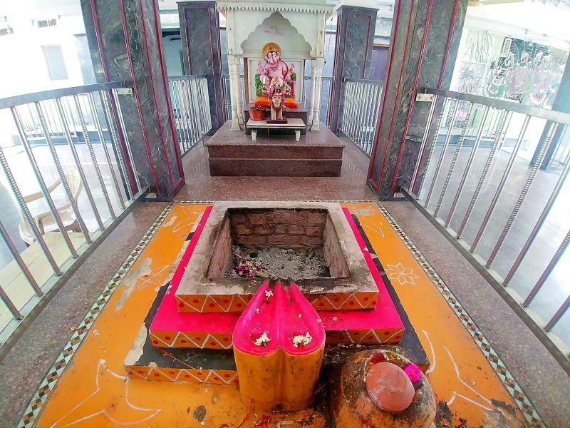 The vigraha inside the sanctum is made of a single marble and has the entire Ram darbar carved out of this single stone.