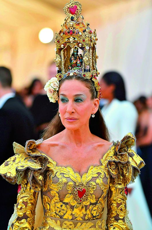 Sarah Jessica Parker's headdress had a statue of the nativity scene.