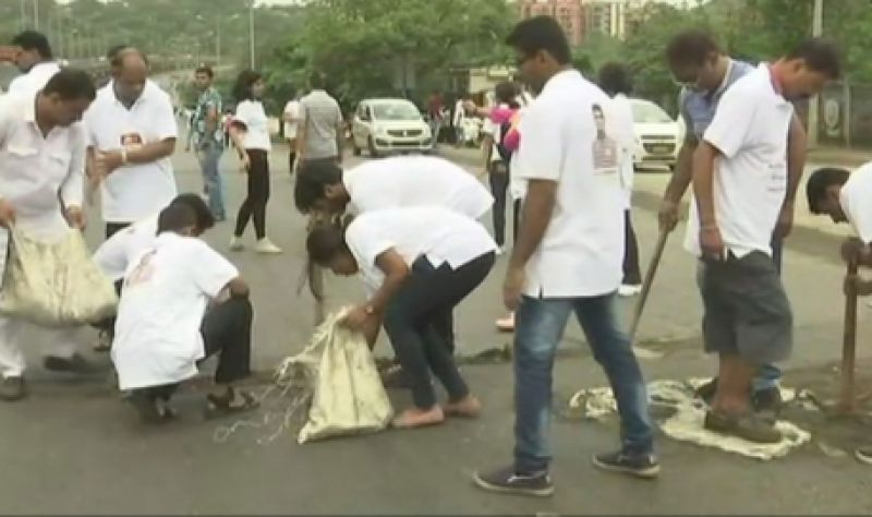 Dadarao Bilhore has been filling potholes in Mumbai for the past three years. (Photo: ANI | Twitter)