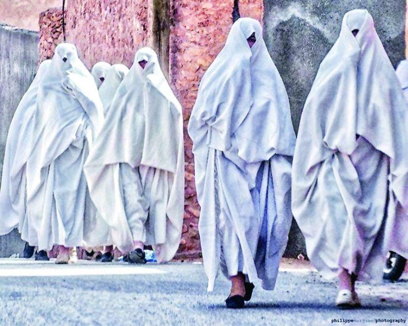 Women of Ghardaia wearing the kambhooz.