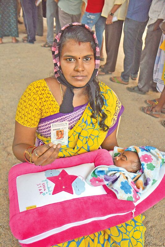 Young mother with her newborn baby at Tondiarpet polling booth. (Photo: DC)