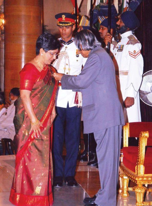 Rachel receiving Padma Shri from APJ Abdul Kalam in 2005.