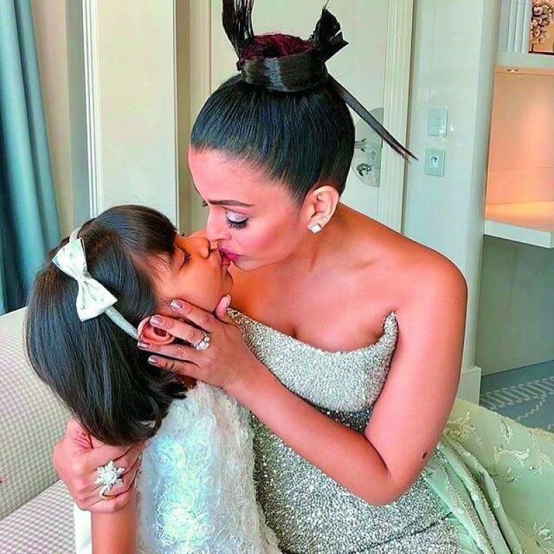 Aishwarya Rai Bachchan kissing daughter Aaradhya.