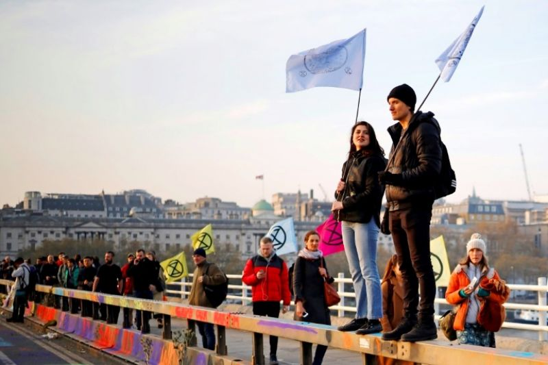 Climate protesters block off a bridge and major road in London, bringing parts of the city to a standstill. (Photo: AFP)