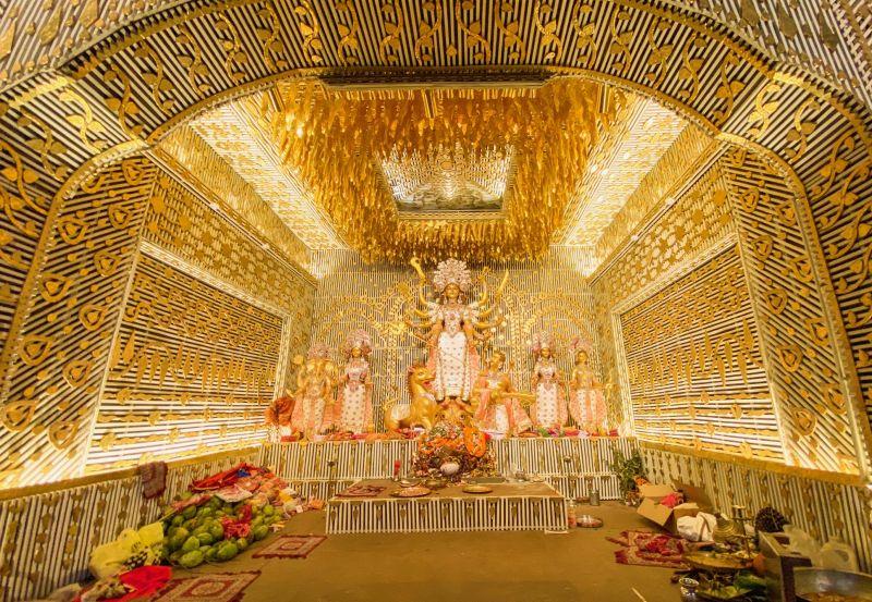 Closer into the Chaltabagan Durga Puja pandal, captured with the ultra-wide angle lens. (Photo: Siddhartha Joshi- @siddharthajoshi)