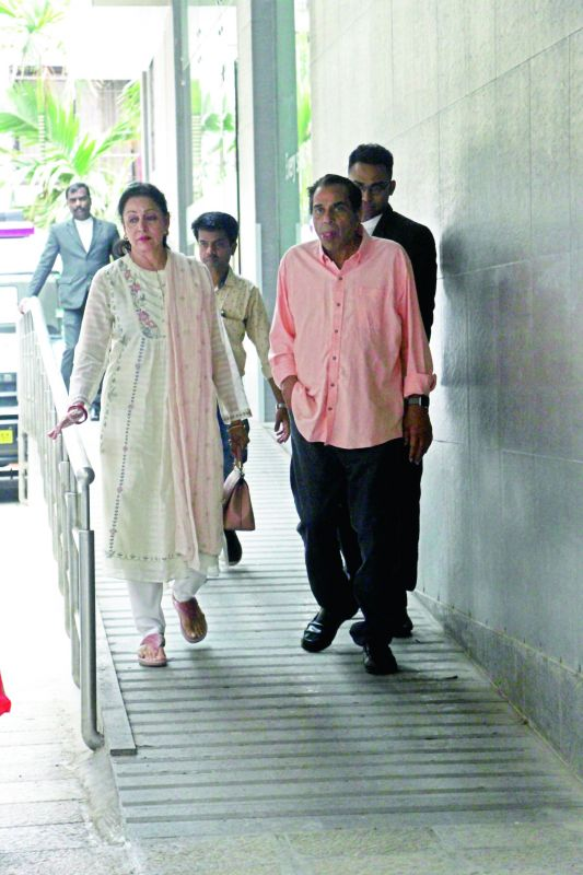 Hema Malini and Dharmendra visit Esha Deol at Hinduja Hospital