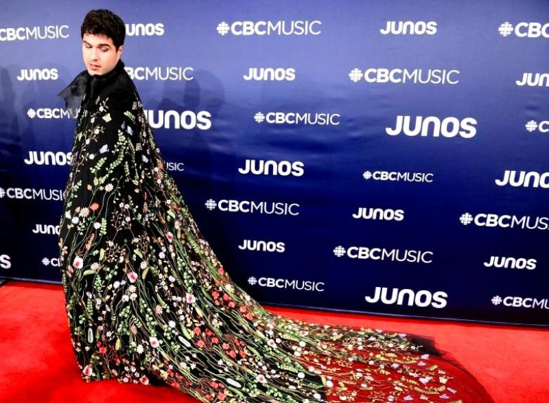 Jeremy Dutcher arrives on the red carpet at the Juno Awards in Ontario in a beautiful black, floral cape. (Photo: AP)