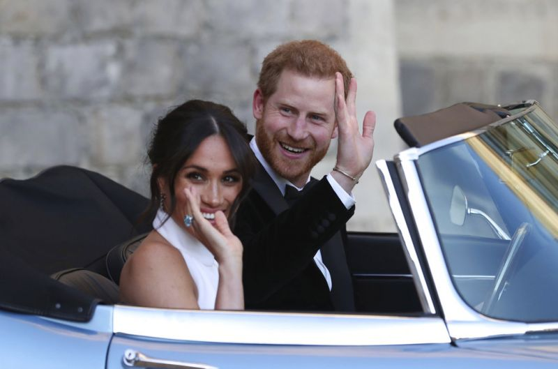 The newly married Duke and Duchess of Sussex, Meghan Markle and Prince Harry, left Windsor Castle in the convertible car. (Photo: AP)