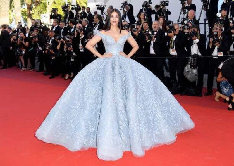 Cannes 2017: Aishwarya sizzles in fairy tale gown, poses ...