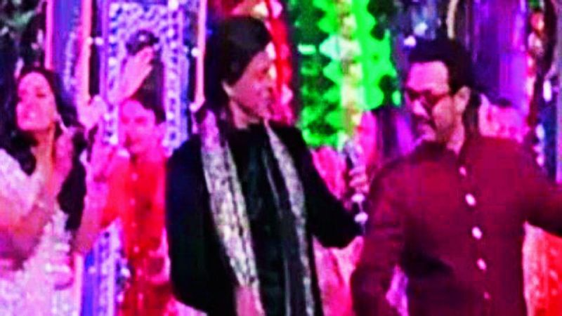 SRK and Aamir Khan dancing on the stage.