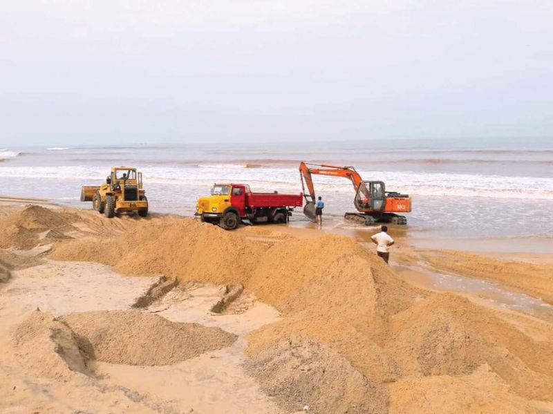 Mining of mineral sand goes  undisturbed at the sea shore despite protests. (Photo: DC)