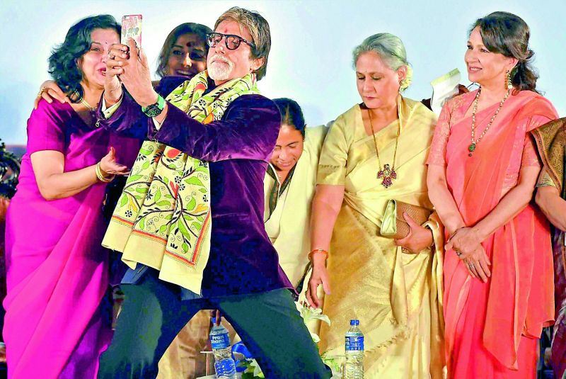 Moushumi Chatterjee, Vidya Balan, Amitabh Bachchan, Mamata Banerjee, Jaya Bachchan and Sharmila Tagore taking a selfie at an event.