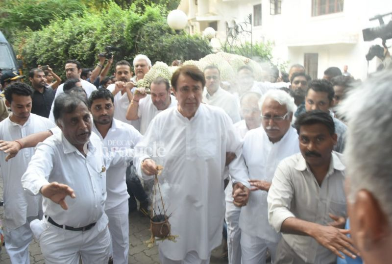 Randhir Kapoor seemed inconsolable as brother Rajiv Kapoor and other well-wishers carry their mother's mortal remains for the last rites.