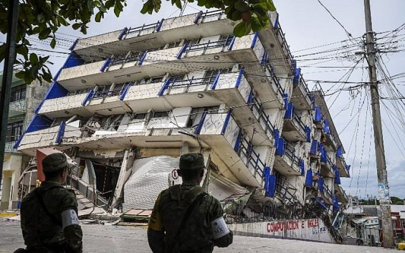 Soldiers stand guard near the Sensacion hotel which collapsed during the powerful earthquake that struck Mexico on September 8, 2017. (Photo: AFP)