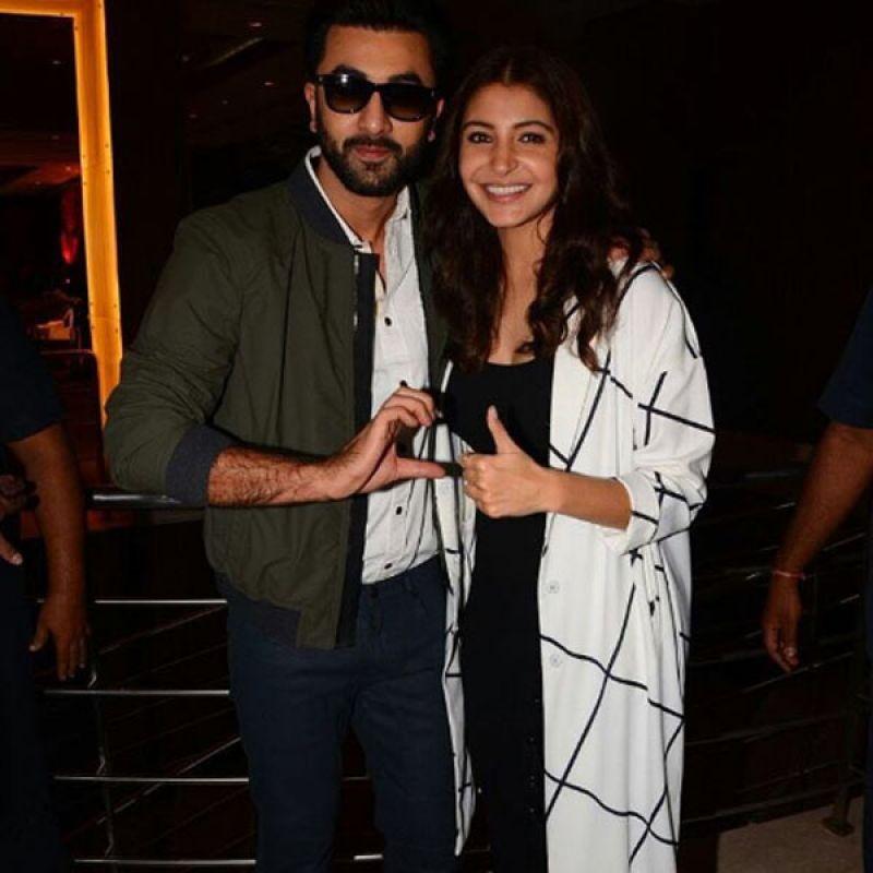Watch: SRK tweaks Jab Tak Hai Jaan poem, Ranbir his ADHM friendzone pose for Virushka