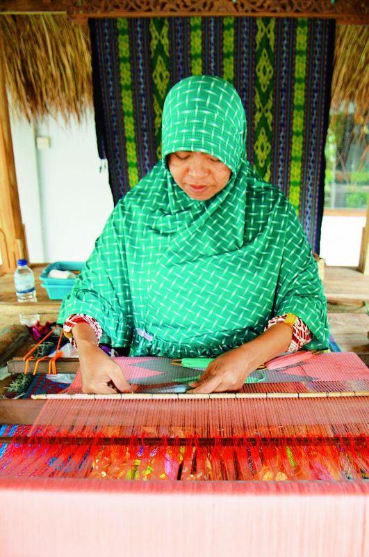 Sukarara village hand-weaving demonstration.