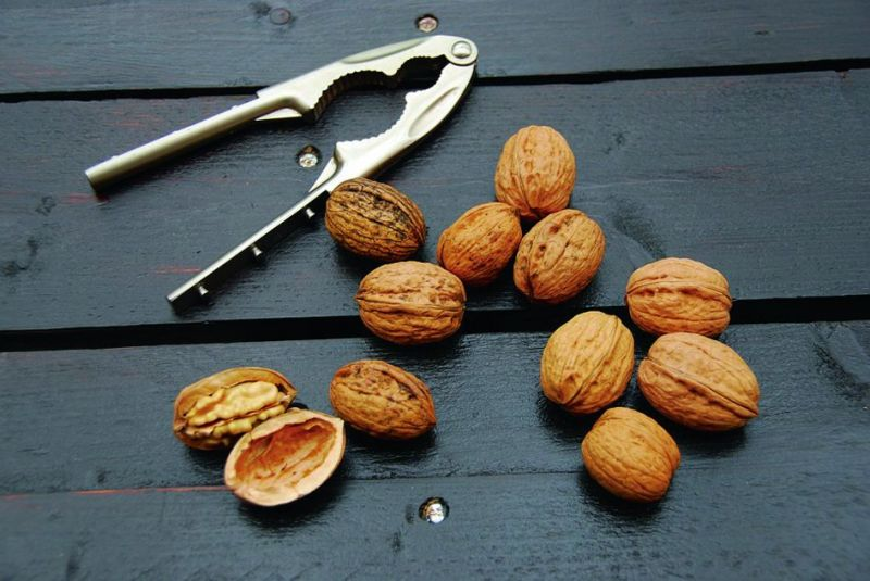 Use of walnuts and citrus foods in the diet.