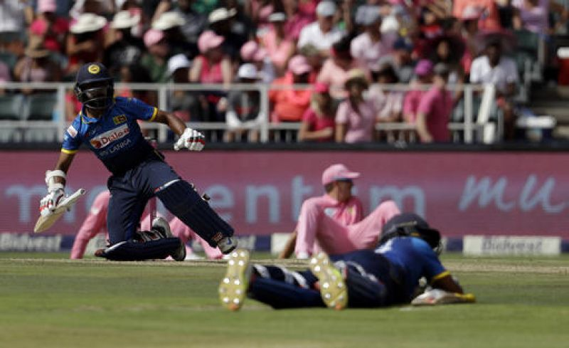 Sri Lanka's batsman Niroshan Dickwella, left, and other players lay down to avoid a swarm of bees. (Photo: AP)