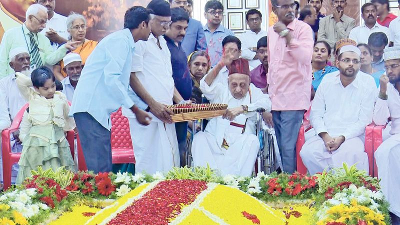 Kalam's elder brother  Mohammed Muthu Meeran Labbai leads people in paying  floral tributes at Kalam memorial. (Photo: DC)