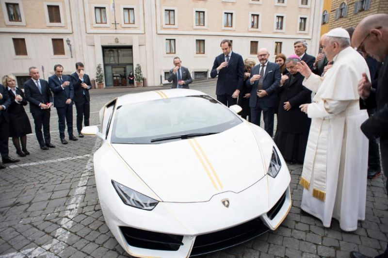 The Pope blesses the car. (Photo: AFP)