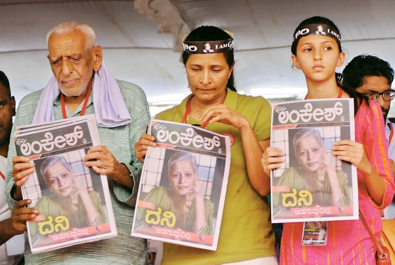 Freedom fighter H.S. Doreswamy stands with Kavitha Lankesh and her daughter during Rally for Resistance in Bengaluru on Tuesday. (Photo: R. Samuel)