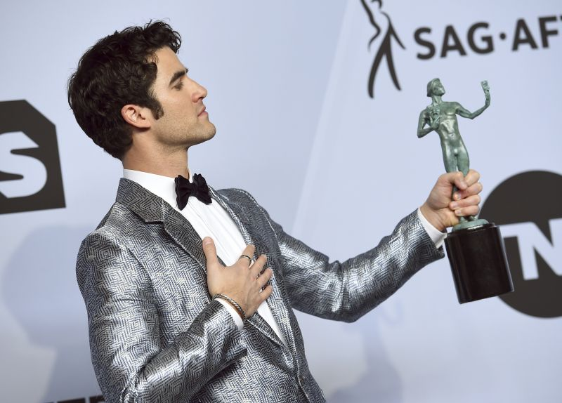 Darren Criss looked sleek in the custom Emporio Armani evening jacket in silver and navy blue. (Photo: AP)