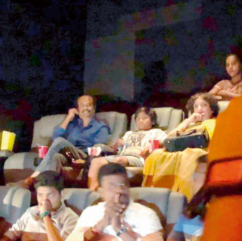 The picture showing Rajini's domestic help standing as his family enjoys 2.0