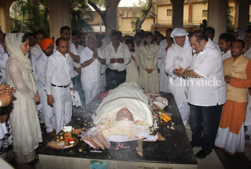 Randhir and Rajiv Kapoor perform the rituals before the cremation. Their brother Rishi Kapoor was in USA for medical treatment and has not arrived yet.
