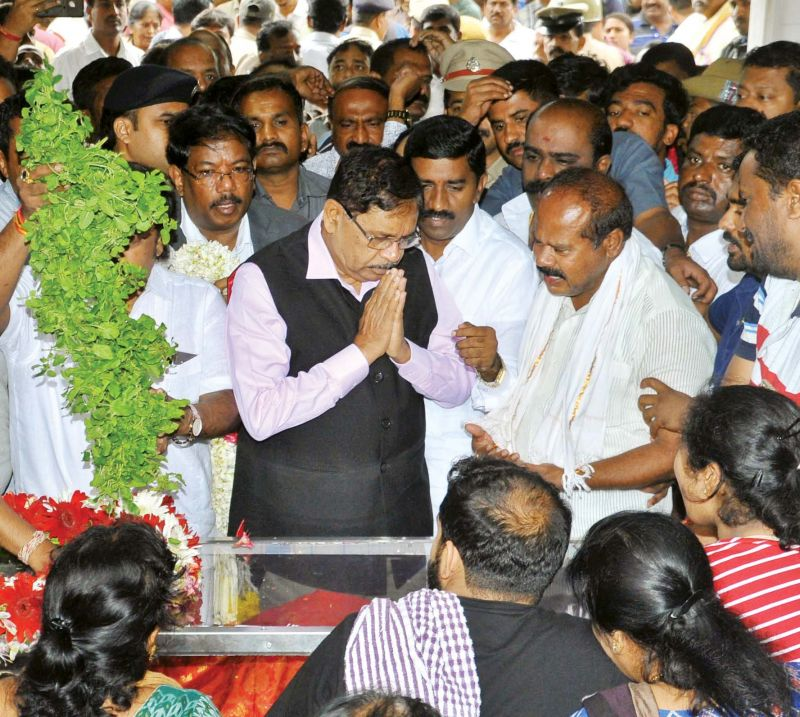 DyCM G. Parameshwar pays last respects to Deputy Mayor Ramila Umashankar, who died on Thursday, in Bengaluru on Friday. (KPN)