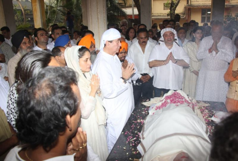 Kareena Kapoor Khan and her father Randhir Kapoor during recitation of the prayers before the start of the cremation process.