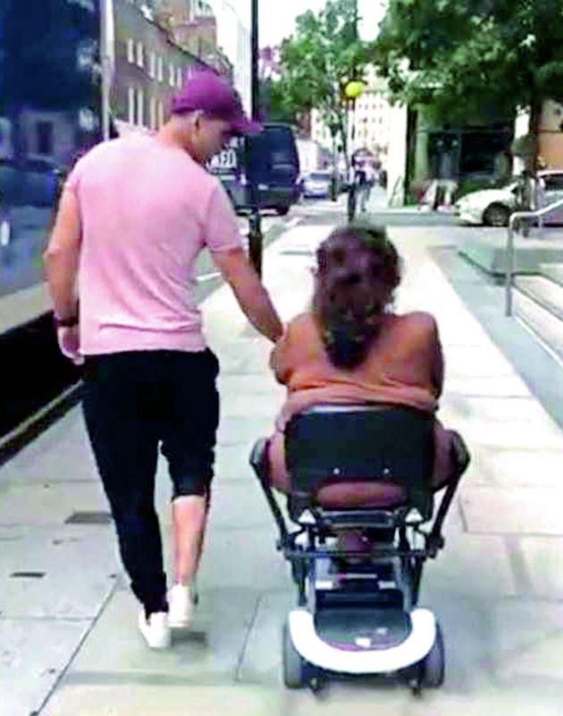 Akshay Kumar with mom Aruna Bhatia in London.