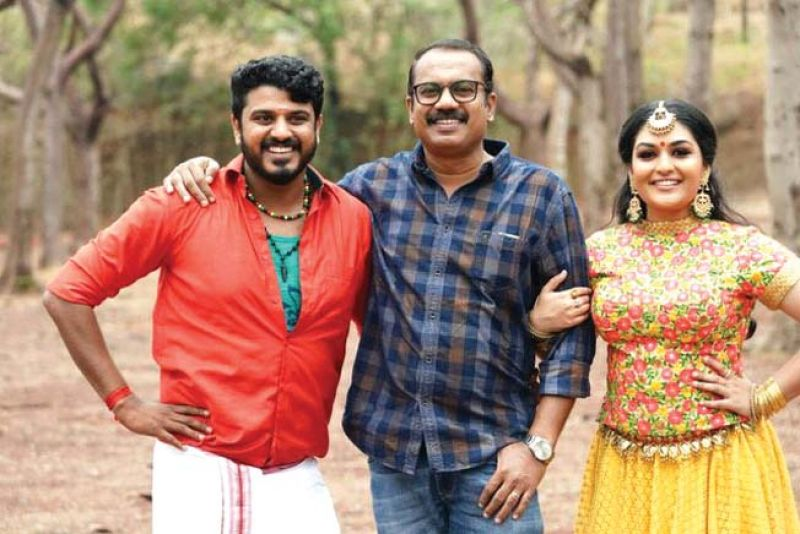 Bibin George with director Shafi and Prayaga Martin on the sets of Oru Pazhaya Bombu Kadha.