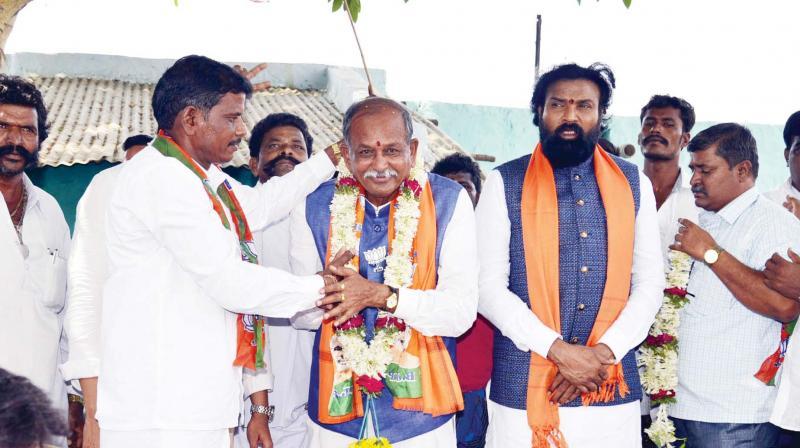 Senior BJP leader B. Sriramulu campaigns for party's Ballari candidate Y Devendrappa at Kampli in Ballari district on Sunday (KPN)