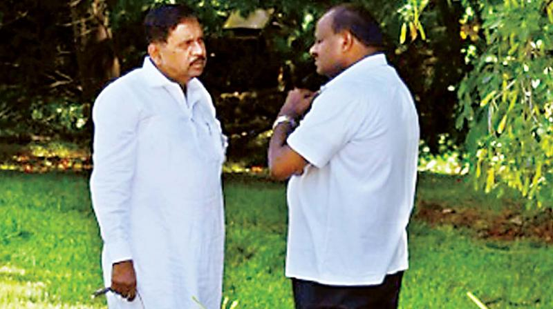 CM H.D. Kumaraswamy and Dy CM G. Parameshwar in conversation on the sidelines of a function to mark the death anniversary of Jawaharlal Nehru in Bengaluru on Monday