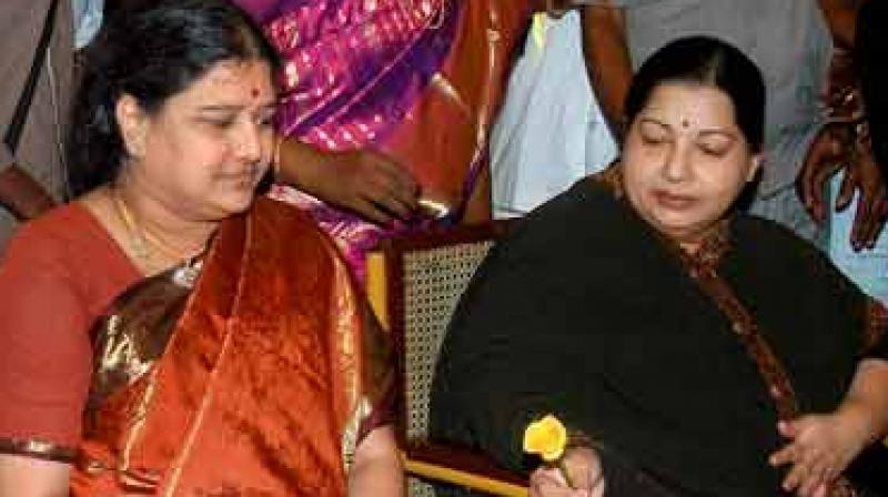 Income Tax raids at Jayalalithaa's Poes Garden residence, Sasikala's rooms searched