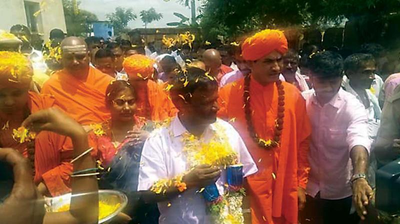 Chitradurga BJP MP A. Narayanaswamy enters Pemmanahhali Gollarahatti along with seers to end centuries-old custom of barring dalits from entering their village at Pavagada taluk in Tumakuru on Monday — DC